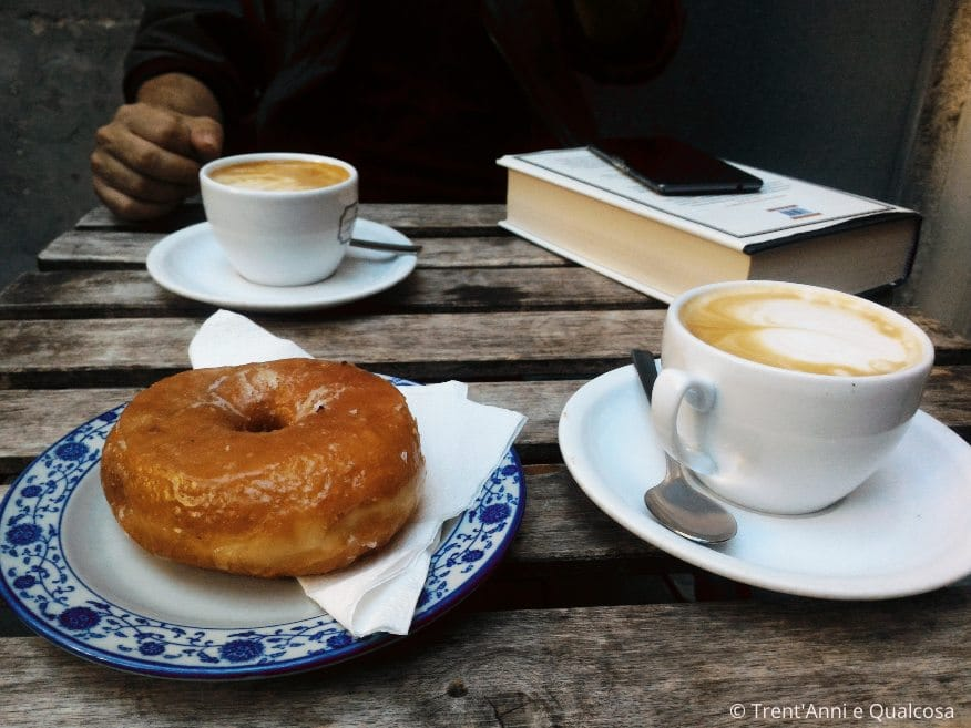 donut e caffè al Several Cafe bar con WiFi a Barcellona